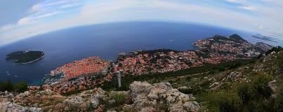Panoramische Vogelperspektive alter Stadt Dubrovniks und der neuen Stadt in der adriatischen Küstenlinie stockbilder