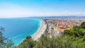 Panoramische Vogelperspektive des Strandes in der Stadt von Nizza, Frankreich stock video footage