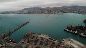 Panoramische Vogelperspektive des Vogelauges des Frachthafens mit Hunderten von den Schiffen, die Export- und Importwaren und Tau stock footage