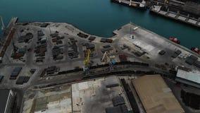 Panoramische Vogelperspektive des Vogelauges des Frachthafens mit Hunderten von den Schiffen, die Export- und Importwaren und Tau stock video footage