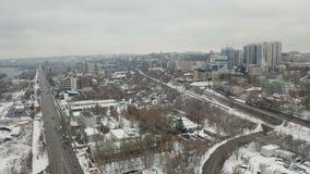 Panoramische Vogelperspektive des Winters auf Stadtbild von Dnipro-Stadt stock footage