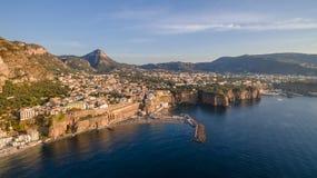 Panoramische Vogelperspektive SORRENTS, ITALIEN von Sorrent, die Amalfi Küste in Italien in einem schönen Sommerabendsonnenunterg stockfotos