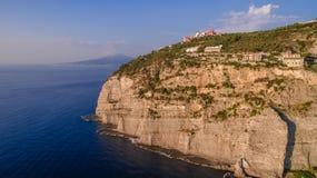 Panoramische Vogelperspektive SORRENTS, ITALIEN von Sorrent, die Amalfi K?ste in Italien in einem sch?nen Sommerabendsonnenunterg lizenzfreies stockbild