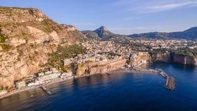 Panoramische Vogelperspektive SORRENTS, ITALIEN von Sorrent, die Amalfi K?ste in Italien in einem sch?nen Sommerabendsonnenunterg lizenzfreie stockfotos