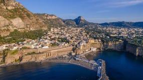 Panoramische Vogelperspektive SORRENTS, ITALIEN von Sorrent, die Amalfi K?ste in Italien in einem sch?nen Sommerabendsonnenunterg stockbild