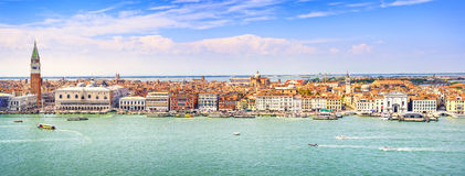 Panoramische Vogelperspektive Venedigs, Marktplatz San Marco mit dem Glockenturm Stockfotos