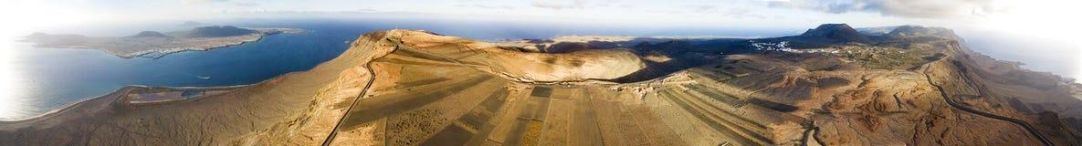 Panoramische Vogelperspektive vom Tipp der Insel von Lanzarote, die Insel von Graciosa übersehend, das Mirador-del Rio spanien stockbild