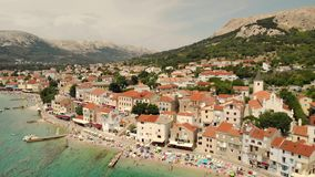 Panoramische Vogelperspektive von Baska-Stadt, populärer touristischer Bestimmungsort auf Insel Krk Kroatien Europa stock video