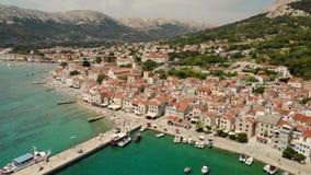 Panoramische Vogelperspektive von Baska-Stadt, populärer touristischer Bestimmungsort auf Insel Krk Kroatien Europa stock footage