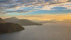 Panoramische Vogelperspektive von Fjord um Vestnes in Norwegen stockbilder