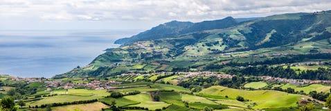 Panoramische Vogelperspektive von Povoacao im Sao Miguel, Azoren lizenzfreie stockfotografie