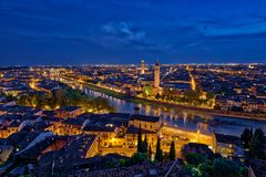 Panoramische Vogelperspektive von Verona, Italien an der blauen Stunde, nach summe stockfotos