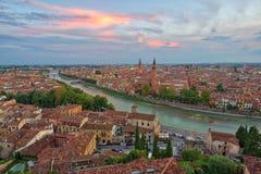 Panoramische Vogelperspektive von Verona, Italien nach Sommersonnenuntergang, clou lizenzfreie stockbilder