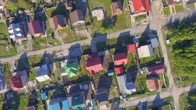 Panoramische Vogelperspektive vorbei auf Wohnhäusern in der Landschaft, in den Yards und in den Vorstadtgemeinschaften in Wohn stock video footage