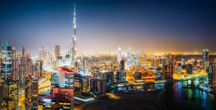 Panoramische von der LuftSkyline einer großen futuristischen Stadt bis zum Nacht Geschäfts-Schacht, Dubai Stockfotos