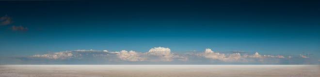 Panoramische Wüstenlandschaft mit tiefem blauem Himmel und Wolken Lizenzfreies Stockbild