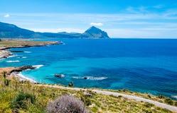 Panoramische weg over de Middellandse Zee te drijven Wilde kustlijn bij Riserva-dellozingaro, Trapan, Sicilië Stock Foto's