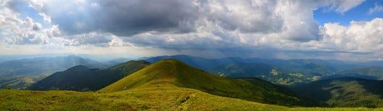 Panoramische zonnestralenbergen Stock Afbeeldingen