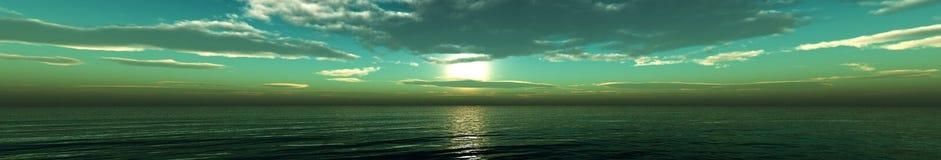 Panoramische zonsondergang over het overzees, de zon in de wolken stock foto