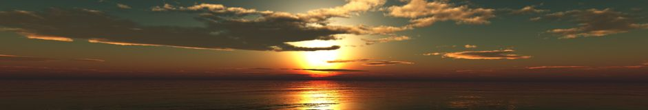 Panoramische zonsondergang over het overzees, de zon in de wolken Wolken in de hemel stock foto