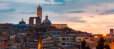 Panoramische zonsondergangmening van Siena Toscanië, Italië Stock Foto's