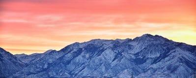 Panoramische zonsopgang van de Winter, mening van Sneeuw afgedekte Wasatch Front Rocky Mountains, de Vallei van Great Salt Lake e royalty-vrije stock foto