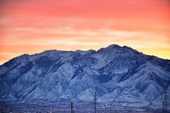 Panoramische zonsopgang van de Winter, mening van Sneeuw afgedekte Wasatch Front Rocky Mountains, de Vallei van Great Salt Lake e stock afbeeldingen