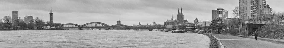Panoramische zwart-witte mening van de stad Keulen - de rivier Rijn en Hohenzollern-Brug met de Kathedraal van Keulen Royalty-vrije Stock Fotografie