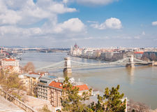 Panoramischer Überblick über Budapest auf Vordergrund das Parlamentsgebäude und -Hängebrücke Lizenzfreies Stockfoto