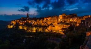 Panoramischer Anblick von Pitigliano am Abend Provinz von Grosseto, Toskana, Italien stockbild