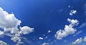 Panoramischer blauer Himmel mit weißen Wolken Lizenzfreies Stockfoto