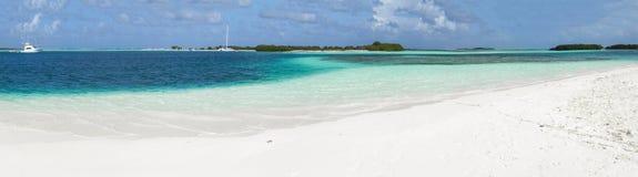 Panoramischer blauer karibischer Strand mit weißem Sand stockfoto