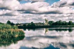 Panoramischer drastischer Himmel und deutsches Meer an der Dämmerungsindustrie lizenzfreie stockfotos