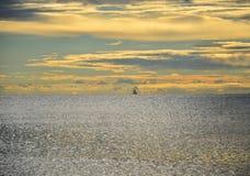 Panoramischer drastischer Sonnenunterganghimmel und tropisches Meer an der Dämmerung lizenzfreies stockfoto