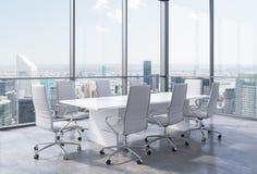 Panoramischer Eckkonferenzsaal im modernen Büro in New York City Weiße Stühle und eine weiße Tabelle stock abbildung