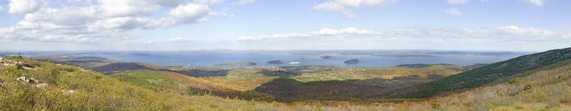 Panoramischer Fuß der Herbstansicht ab 1530 er-hoh Cadillac-Berg mit Ansichten der Stachelschwein-Inseln, der Franzose-Bucht und  Stockfotos