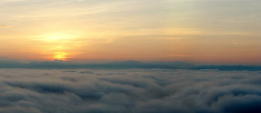 Panoramischer Himmel und Seenebel Stockfotos