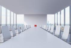 Panoramischer Konferenzsaal im modernen Büro in New York City Weiße Stühle und eine weiße Tabelle Ein roter Stuhl in einem Kopf d lizenzfreie abbildung