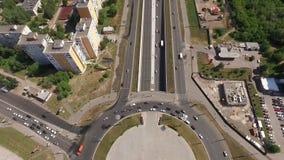 Panoramischer Luftschuß der Straße und der lebenden Häuser in der Großstadt stock footage