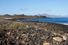 Panoramischer Meerblick Vulkan, schwarze Felsen Versanden Sie Makro Sun-Strahl in den Fjorden horizont Lizenzfreies Stockfoto