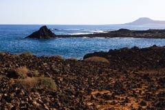 Panoramischer Meerblick Vulkan, schwarze Felsen Versanden Sie Makro Sun-Strahl in den Fjorden horizont Stockfotos