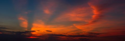 Panoramischer sch?ner bunter goldener Stundend?mmerungshimmel Sch?ner Wolken- und Himmelnaturhintergrund in der magischen Stunde  stockfotos