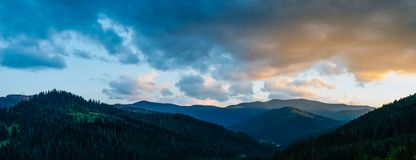 Panoramischer Schuss der Karpatenberge am Abend bei Sonnenuntergang lizenzfreies stockbild