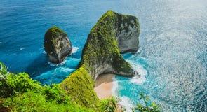 Panoramischer Schuss der Manta-Bucht oder des Kelingking-Strandes auf Insel Nusa Penida, Bali, Indonesien lizenzfreies stockfoto