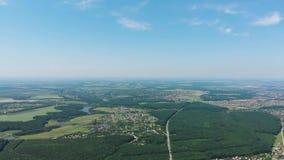 Panoramischer Schuss des Luftbrummens einer großen Vorstadthöhe des Dorfs sonniger Tages stock footage