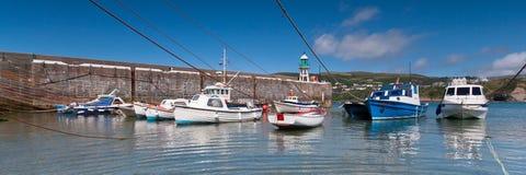 Panoramischer Schuss von kleinen Booten in einem Hafen Lizenzfreies Stockbild