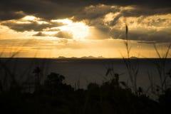 Panoramischer Sonnenuntergang durch die Seeinsel Koh Phangan mit Ang Thong Marine Park-Hintergrund Thailand Stockfoto