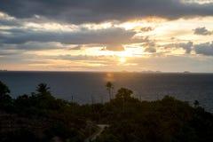 Panoramischer Sonnenuntergang durch die Seeinsel Koh Phangan mit Ang Thong Marine Park-Hintergrund Thailand Stockfotos