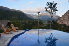 Panoramischer Swimmingpool in Lanquin Guatemala stockfotos