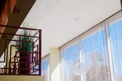 Panoramisches Fenster mit Vorhängen Stockfotos